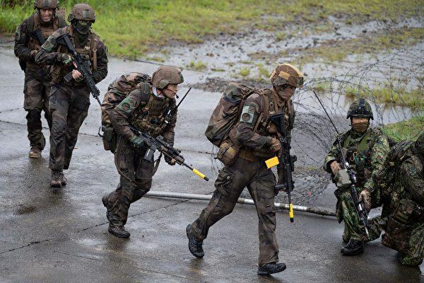 2021年5月15日,日本宮崎縣蝦野市,法國士兵和日本自衛隊士兵(右)參加了由美國、日本與法國舉行的聯合軍事演習。(CHARLY TRIBALLEAU/POOL/AFP via Getty Images)