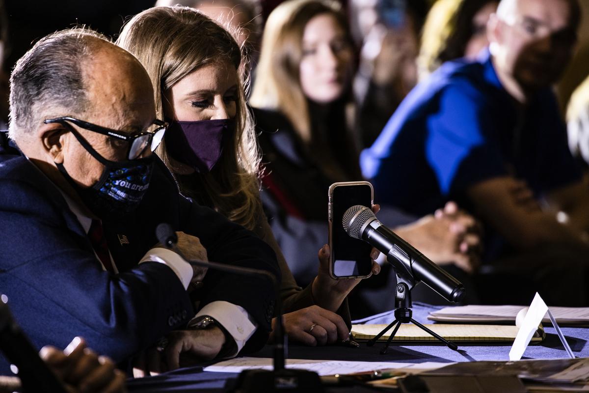 2020年11月25日,賓夕凡尼亞州參議院多數政策委員會舉行的公開聽證會上討論2020年選舉問題和違規行為:特朗普總統通過電話發表了講話。圖為總統法律團隊成員魯迪‧朱利安尼(Rudy Giuliani,左)和珍娜·埃利斯(Jenna Ellis,左二)在聽證會上。(Samuel Corum / Getty Images)