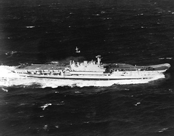 1982年3月16日,英國競技神號航母HMS Hermès (R12)在行進中。(公有領域)