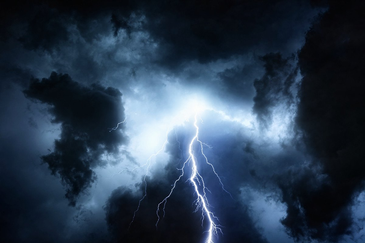 以色列拉比平托表示,他預見中共肺炎的爆發將演變成全球的大災難,而這場瘟疫在《聖經》中早有預言。圖為烏雲與閃電。(Fotolia)