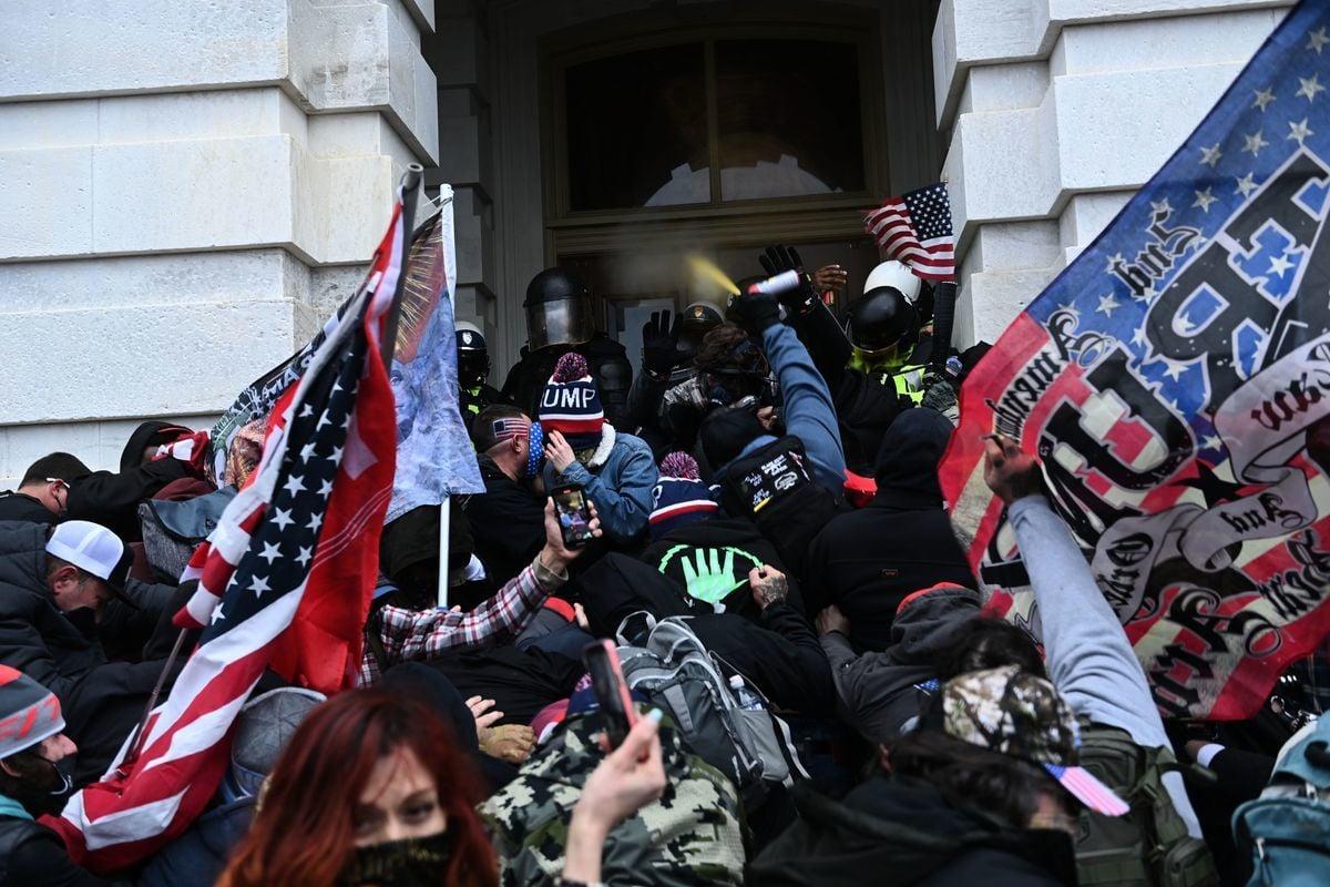 2021年1月6日,特朗普的支持者在衝進華盛頓國會大廈時與警察和安全部隊發生衝突。(BRENDAN SMIALOWSKI/AFP via Getty Images)