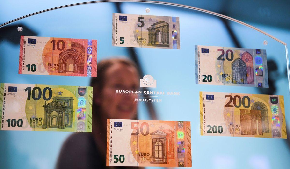 歐洲央行2018年9月發行新防偽歐元紙鈔。(ARNE DEDERT/AFP/Getty Images)