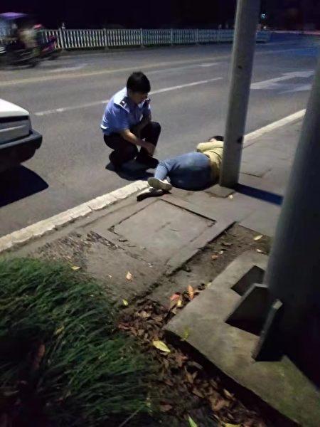 鄒茂淑被打傷後遭棄置邀外馬路邊。(受訪者提供)
