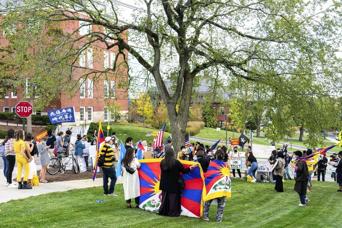 2020年10月1日,美國麻州麥德福市,為響應全球抗共行動,數十名各族裔民眾來到塔夫茨大學(Tufts University),呼籲該校關閉「孔子學院」。(劉景燁/大紀元)