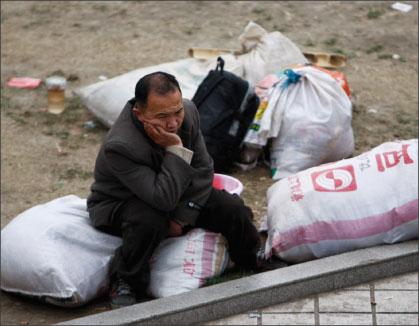 圖為一農民工在四川成都晉江區人力資源市場上等待受僱機會。(Getty Images)