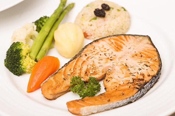 專家認為,每周在餐桌上增加至少2餐富含奧米加-3脂肪酸的魚類將有效抑制心臟病的發病率。(ShutterStock)