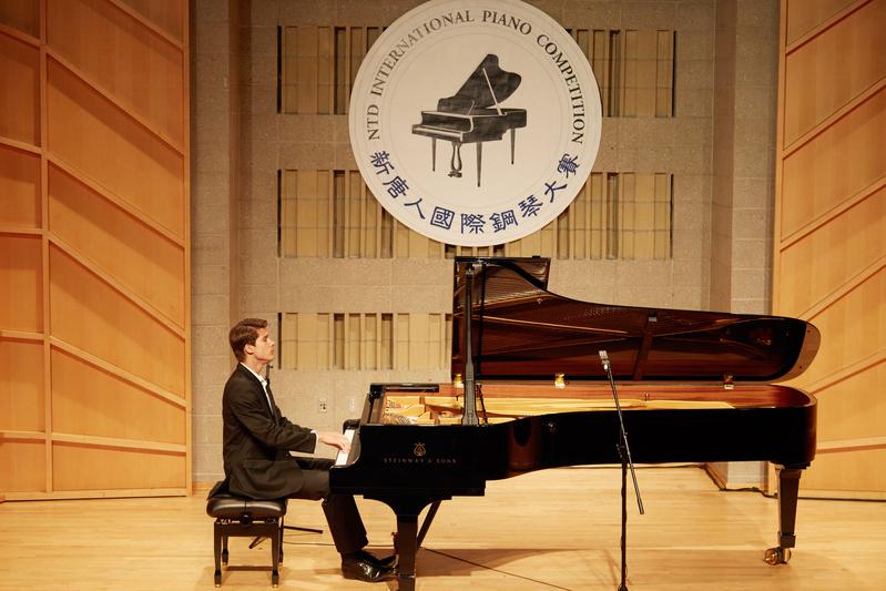 2019年9月25日,第五屆新唐人國際鋼琴大賽初賽現場。圖為來自俄羅斯的選手彼得羅夫(Vladimir Petrov)在表演。(張學慧/大紀元)