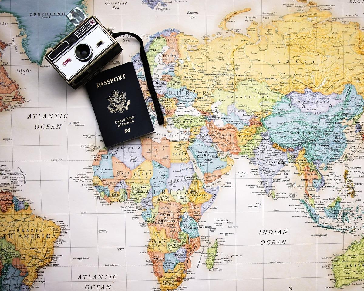 在俄羅斯設計公司Art. Lebedev Studio所繪製的全球土地真實面積排行圖中,前3名分別是俄羅斯、南極洲、中國,而台灣排名第140。圖為世界地圖、護照和相機。(Pixabay)