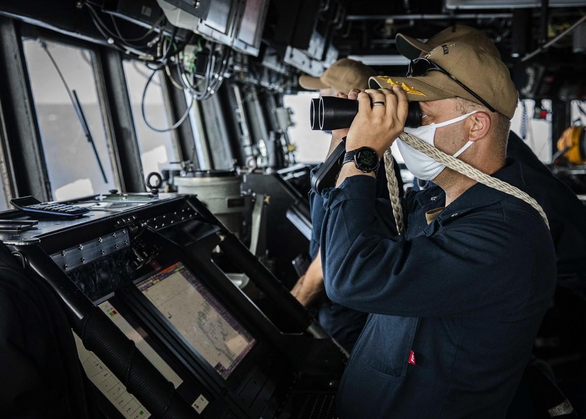 12月22日,美軍驅逐艦約翰‧麥凱恩號(DDG 56)駛入南沙海域,指揮官Ryan T. Easterday在船艙內用望遠鏡觀察軍情,或者與中共軍隊的出現有關。(美國第七艦隊)