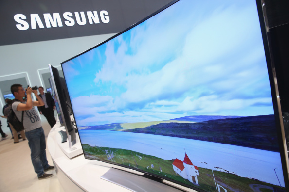 南韓三星電子將於今年11月末關閉其在大陸的唯一一間電視生產廠——天津三星電視工廠。圖為三星超大、超清曲面電視,105英吋,相當震撼。(Sean Gallup/Getty Images)