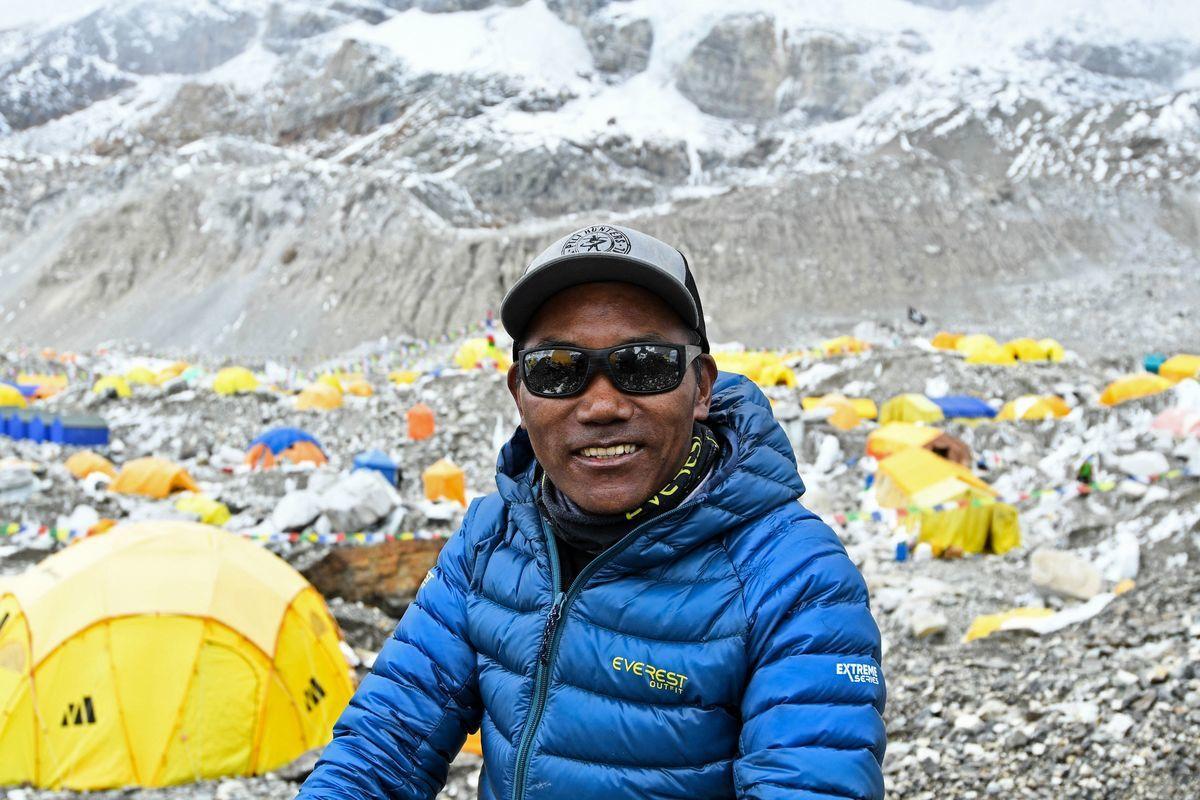 尼泊爾雪巴人嚮導瑞塔(Kami Rita)在2021年5月7日第25次登上聖母峰,刷新了自己先前締造的世界紀錄。圖為2021年5月2日,瑞塔攝於聖母峰基地營。(PRAKASH MATHEMA/AFP via Getty Images)