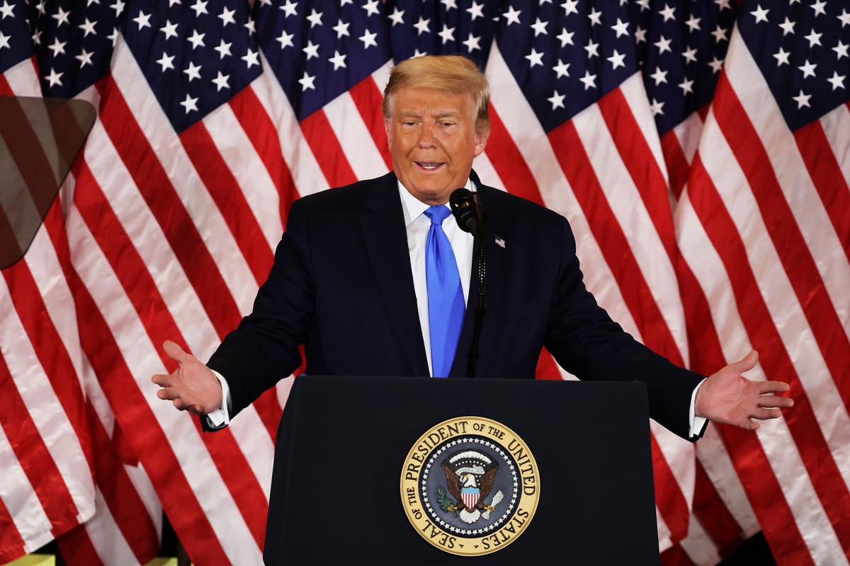 2020年11月4日凌晨,特朗普在記者會上介紹選情,並說自己勝選,點票突然停止,民主黨想竊取選舉。(Chip Somodevilla/Getty Images)