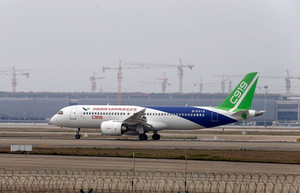 中共的C919客機仍未能交付使用。近日有美國華府顧問表示,能讓中共所謂「國產」飛機起飛的技術和設備都來自西方,尤其是美國。(AFP/Getty Images)