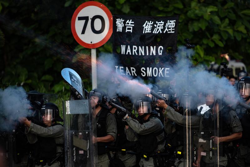 【8.5反送中組圖4】警方多區頻發催淚彈