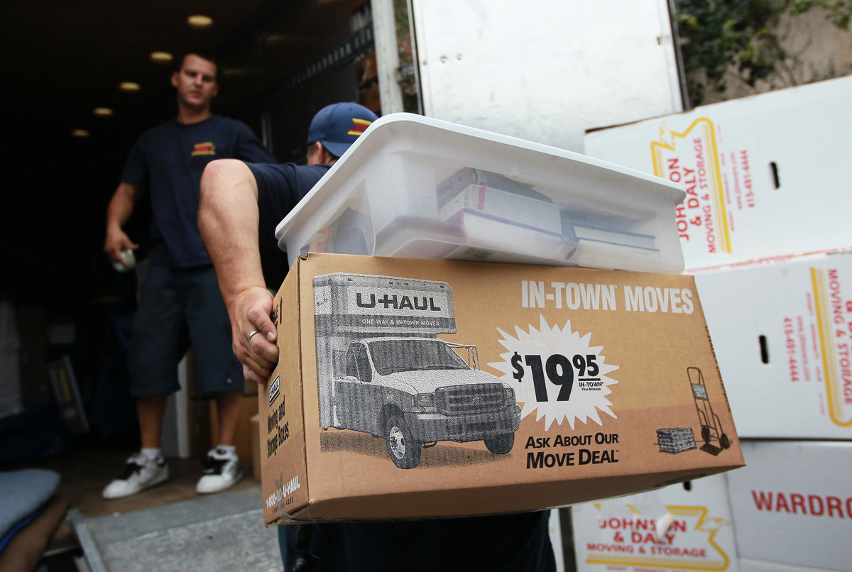 數據統計,由民主黨控制的藍州,正在掀起一股「出逃」潮,其中「逃離」加州的人數最多。圖為加州一家搬家公司正在為一戶居民搬家。(Justin Sullivan/Getty Images)