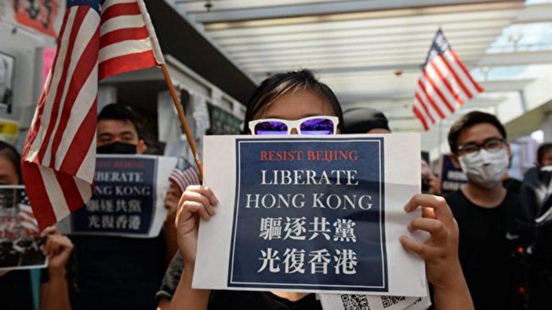 2019年9月20日,香港大學的學生在校園內舉行集會,手持「驅逐共黨,光復香港」的標語,並高呼「天滅中共」、「驅逐共黨,光復香港」等口號。(大紀元)