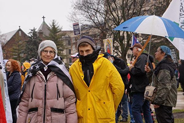 民眾蕾莎(Lisa)和友人迪安參加2020年12月12日的活動。(林慧心/大紀元)