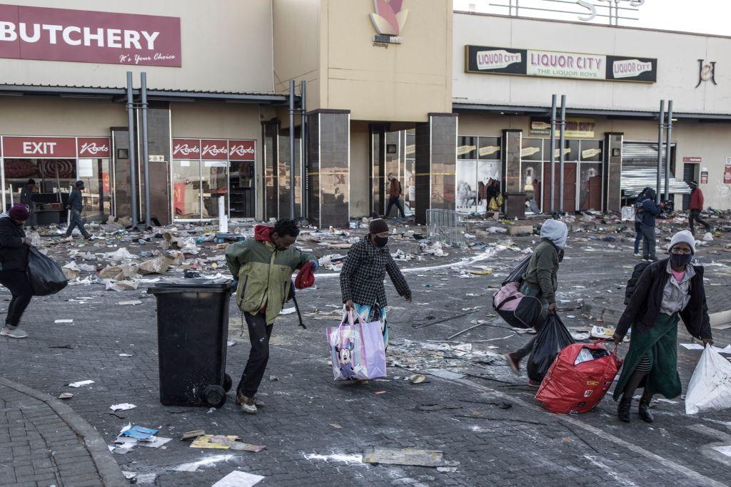 南非城鎮Vosloorus的購物商場遭到破壞後,一些打劫者2021年7月14日到商場搜刮剩餘的財物。(MARCO LONGARI/AFP via Getty Images)
