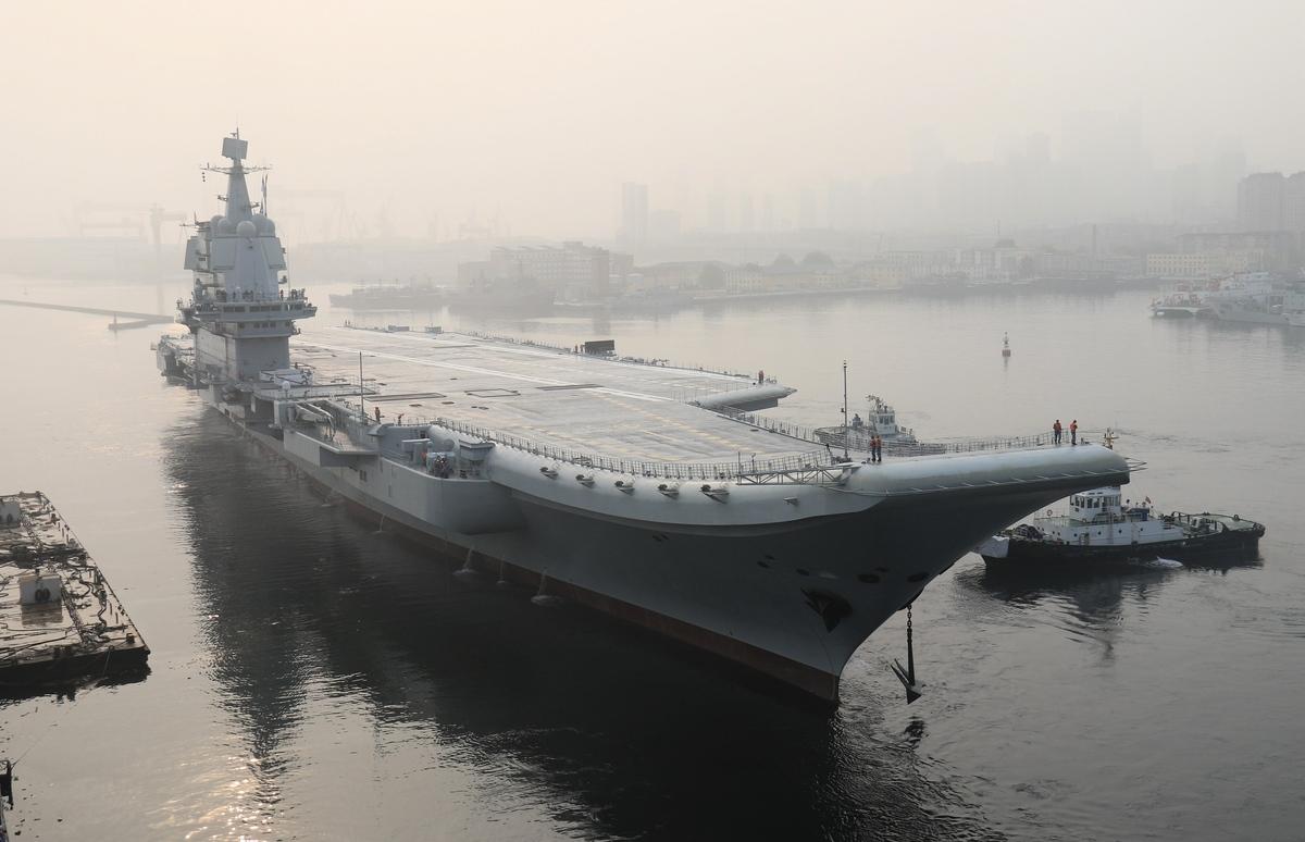 圖為中共航母「山東艦」2019年12月26日通過台灣海峽。(AFP via Getty Images)