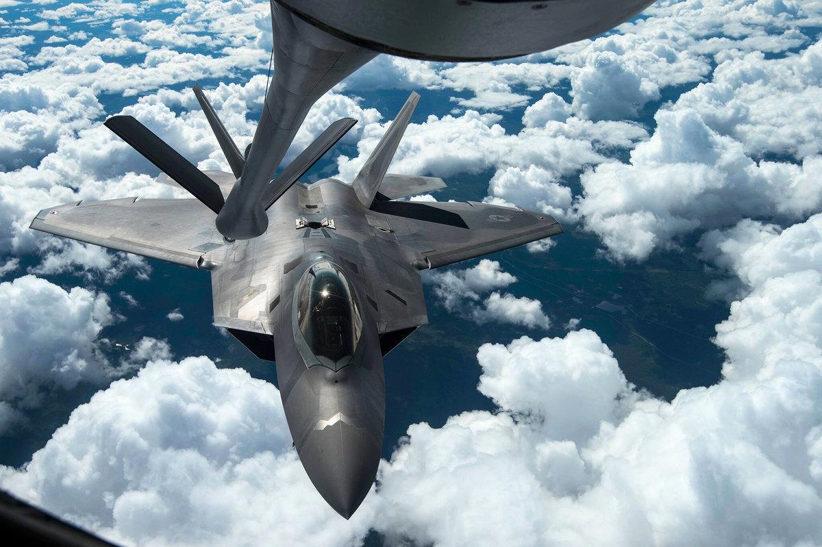 2014年8月7日,一架F-22猛禽戰鬥機在阿拉斯加附近接受空中加油。(美國空軍)