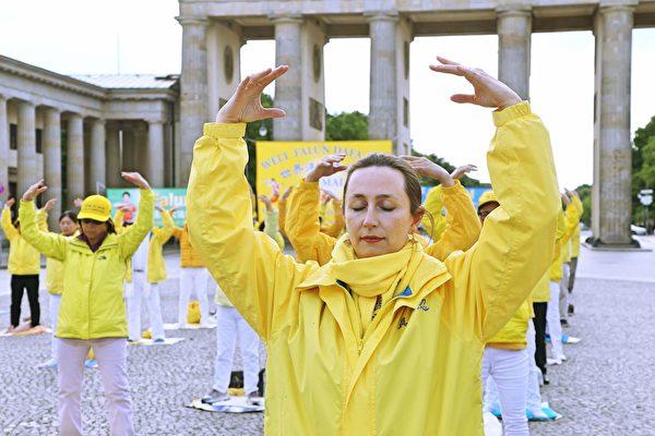 維羅妮卡在柏林勃蘭登堡門前煉功。(明慧網)
