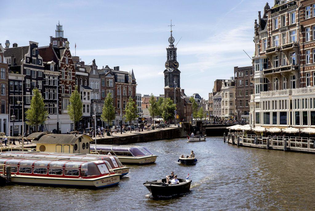 圖為阿姆斯特爾河流經阿姆斯特丹中心。(KOEN VAN WEEL/ANP/AFP via Getty Images)