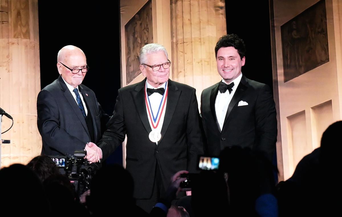 美國共產主義受難者基金會(VOC)將今年的杜魯門—列根自由獎,頒發給德國前總統高克(Joachim Gauck)(中)。(張翼/大紀元)