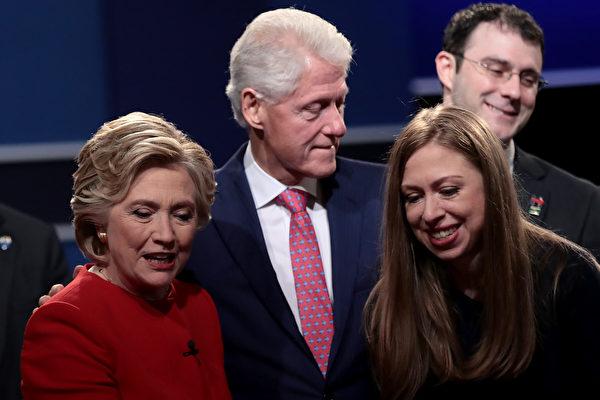 2016年9月26日,第一次總統辯論會後,克林頓一家三口與現場選民互動。(Drew Angerer/Getty Images)