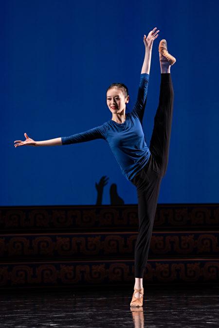 來自神韻藝術團的第九屆全世界中國古典舞大賽參賽選手周正燁。(愛德華/大紀元)