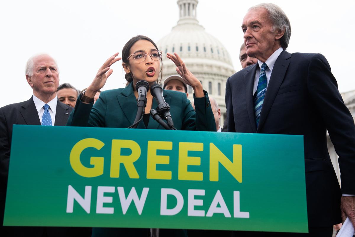 2月7日,民主黨國會議員Alexandria Ocasio-Cortez在綠色新法案的新聞發佈會上。(SAUL LOEB/AFP/Getty Images)