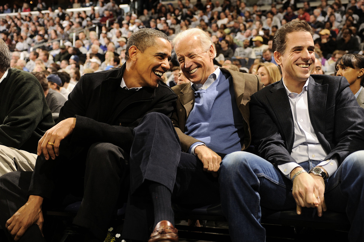 圖為美國前奧巴馬(Barack Obama,左)和前副總統喬·拜登(Joe Biden,中)和亨特·拜登(Hunter Biden,右)。(Mitchell Layton/Getty Images)