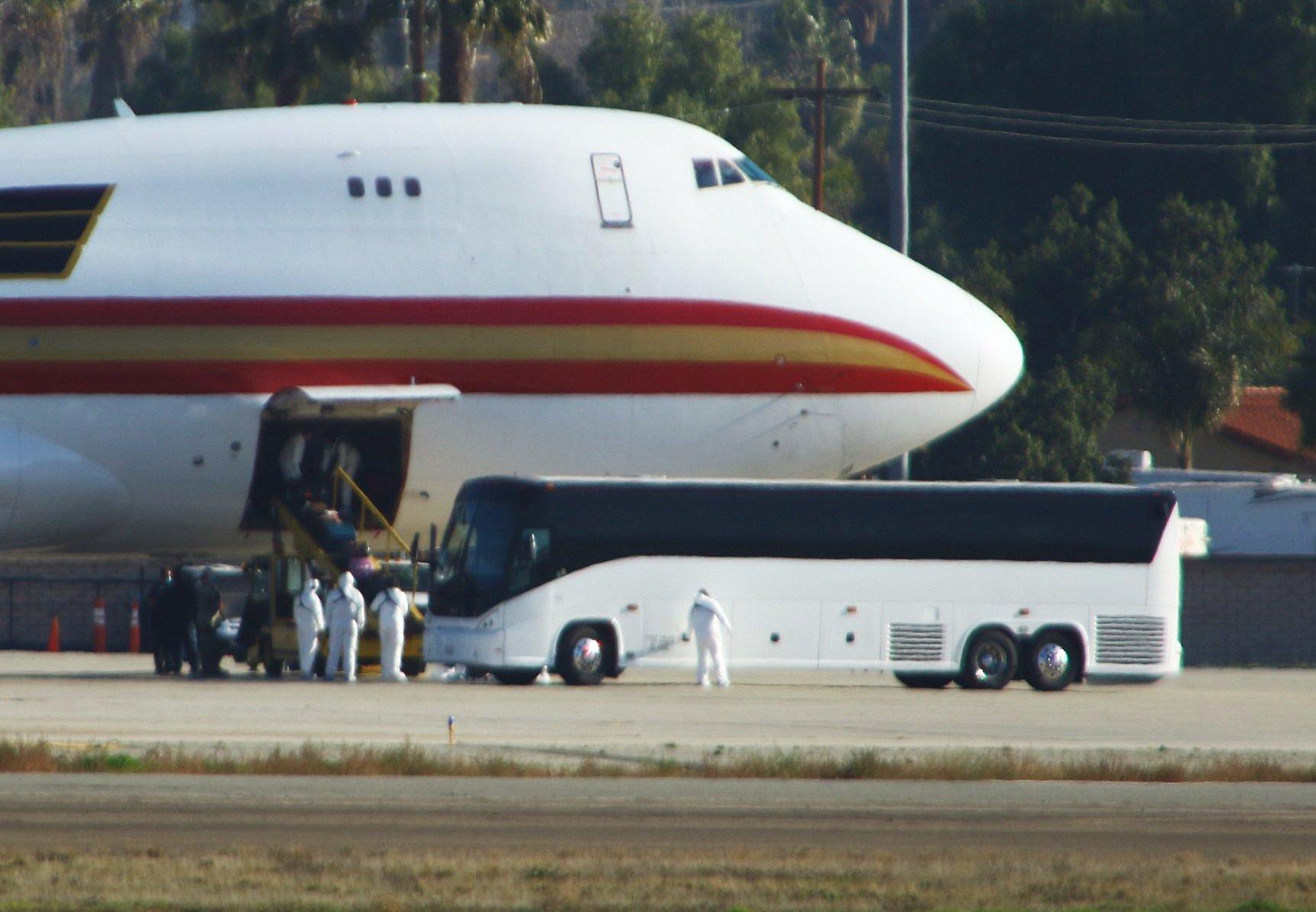 圖為2020年1月29日,一架載著美國從武漢撤僑的飛機降落在加州「馬奇空軍基地」(March Air Reserve Base)。(Matt HARTMAN / AFP)