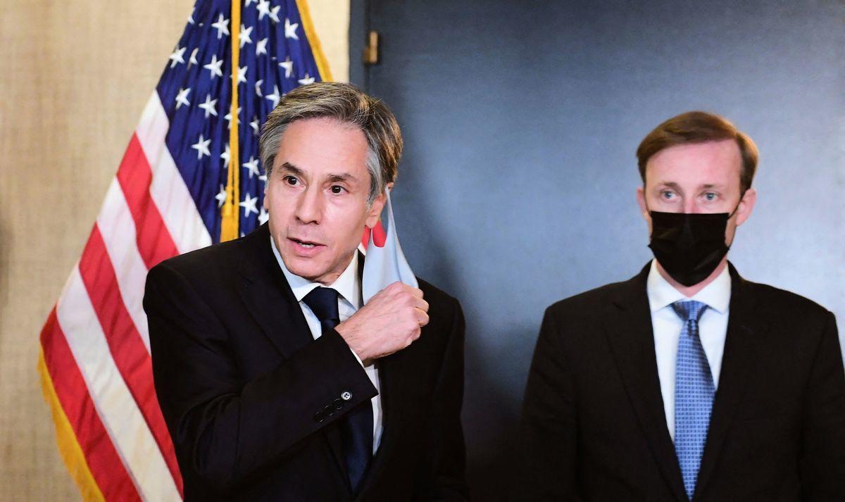 2021年3月19日,美國國務卿布林肯(Antony Blinken,左)和國家安全顧問沙利文(Jake Sullivan,右)在阿拉斯加結束與中共代表的會談後,對媒體公開談話。(FREDERIC J. BROWN/POOL/AFP via Getty Images)
