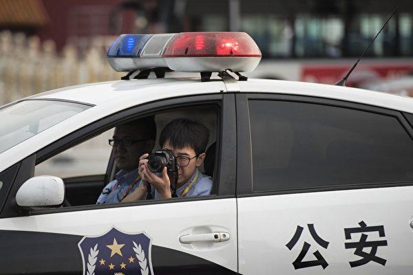 圖為2015年8月30日,天安門廣場上的警察。(FRED DUFOUR/AFP/Getty Images)