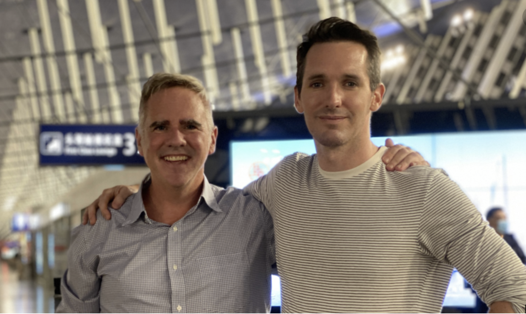 澳廣駐京記者比爾·比特爾斯(Bill Birtles,右)與澳洲金融評論駐滬記者邁克·史密斯(Mike Smith)。(圖片來源:澳廣記者比特爾斯的推特帳戶)