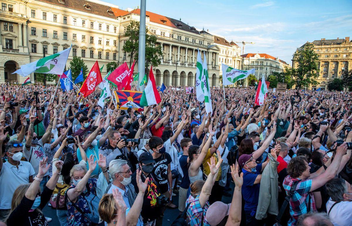 2021年6月5日,抗議者在布達佩斯參加反政府抗議活動,以反對總理奧班(Orbán Viktor)右翼的菲德茲黨(Fidez)和在該市建復旦分校的計劃。(FERENC ISZA/AFP via Getty Images)