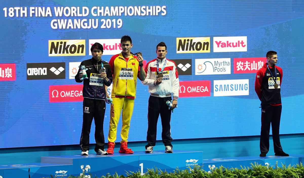 2019年世界游泳錦標賽200米自由泳頒獎台上,排名並列第三的Duncan Scott(右一)拒絕同孫楊(左二)握手合照。(Catherine Ivill/Getty Images)