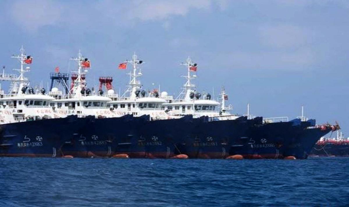 中國二百多艘船隻集結在南海牛軛礁附近。(Philippine Coast Guard Handout/AFP)