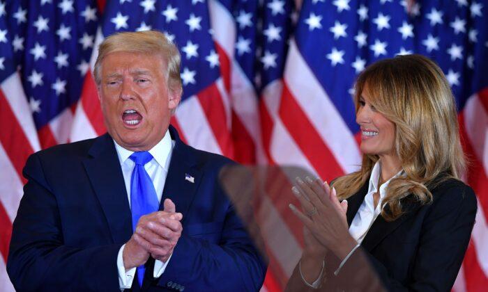 2020年11月4日凌晨,總統唐納德·特朗普和第一夫人梅拉尼婭·特朗普在華盛頓白宮東廳發表演講後鼓掌。(Mandel Ngan/AFP via Getty Images)