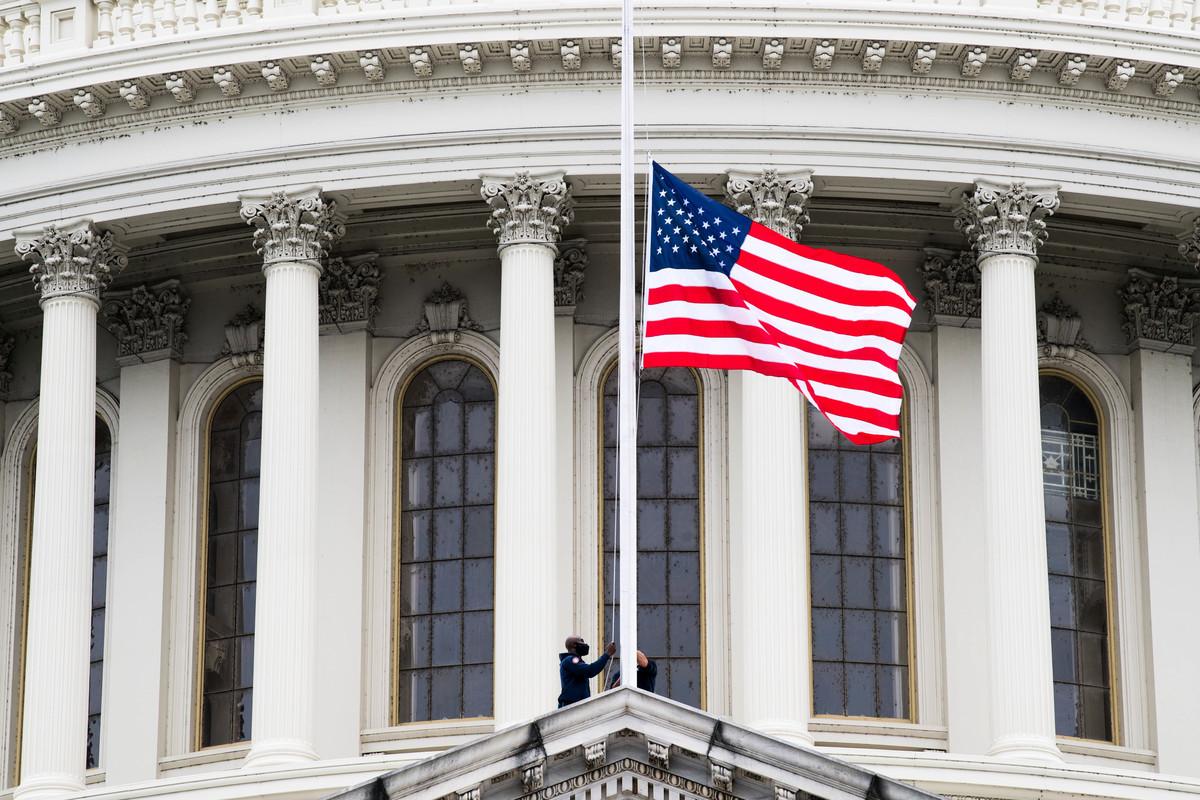 美國最高法院大法官露絲·巴德·金斯伯格(Ruth Bader Ginsburg)於2020年9月18日去世後,美國國旗降半旗。(Liz Lynch/Getty Images)