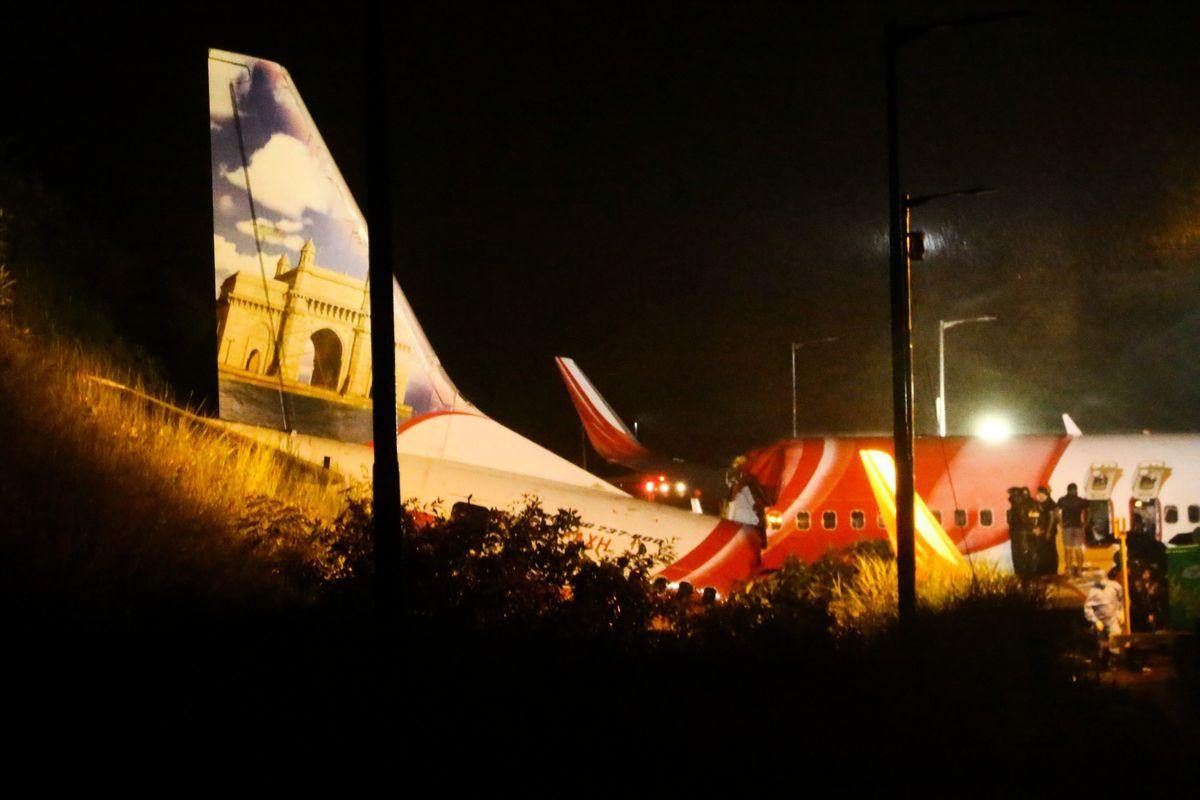 2020年8月7日,一架載有190名乘客和機組人員的印度撤僑專機在大雨中降落時,衝出跑道斷成兩截,造成至少17人喪生、173人受傷。(FAVAS JALLA/AFP via Getty Images)
