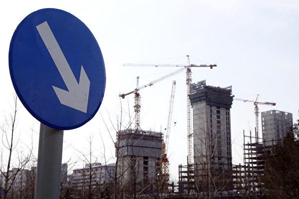 近期,大陸上市房地產公司中弘股份老闆背40億人民幣債務跑路;很多項目都處於停工狀態。(大紀元資料室)