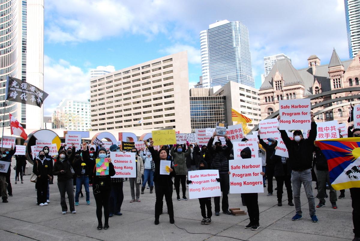 2020年10月24日下午,約200人在多倫多市中心彌敦菲臘廣場舉行快閃行動,聲援遭中共政府關押的12名香港青年,要求中共政府立即釋放該12名港人,並促請認同人權價值的各國政府關注。(伊鈴/大紀元)