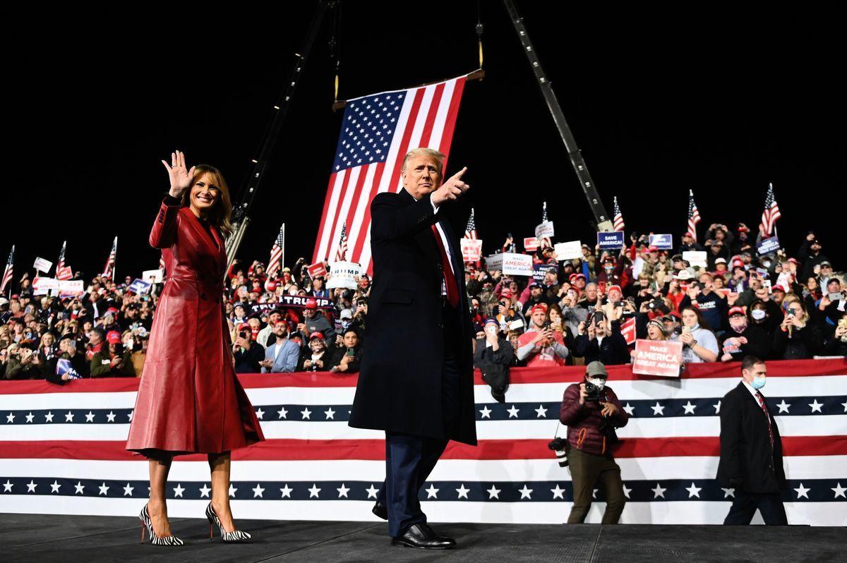 圖為美國總統特朗普與支持特朗普的美國民眾。(ANDREW CABALLERO-REYNOLDS/AFP via Getty Images)