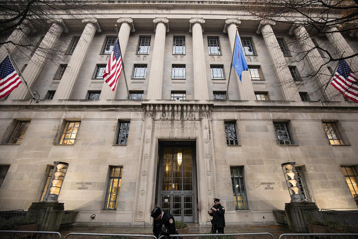 美國司法部周一表示,阿肯色大學(University of Arkansas)的一名華裔工程學教授因為涉嫌電匯詐欺,在上周五被捕。圖為美國司法部。 (Samuel Corum/Getty Images)
