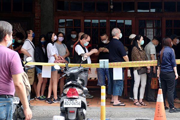 2021年5月18日,台北市萬華區民眾排隊等候篩檢。(SAM YEH/AFP via Getty Images)