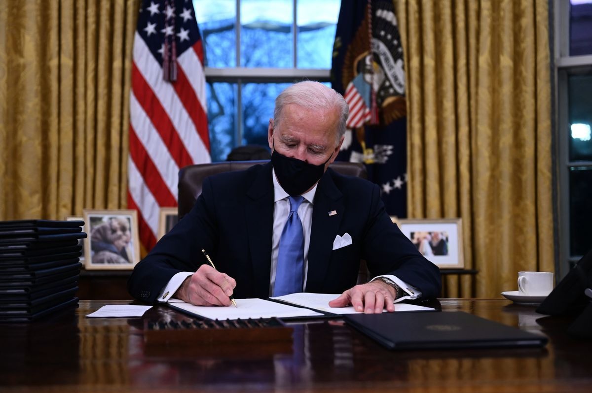 2021年1月20日下午5點半,美國第46任總統拜登入主白宮橢圓形辦公室後,簽署了15個行政令以及2個機構命令,內容覆蓋諸多國內、外政策,包括重返世貿以及世衛組織、撤銷Keystone XL石油管道的許可、移民等內容。(JIM WATSON/AFP via Getty Images)