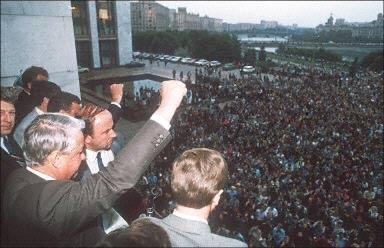 圖:1991年8月19日,葉利欽在莫斯科向民眾呼籲舉行全國總罷工和大規模示威。12月31日,鑣刀斧頭旗在克里姆林宮降下,宣告蘇聯共產帝國解體。(AFP)
