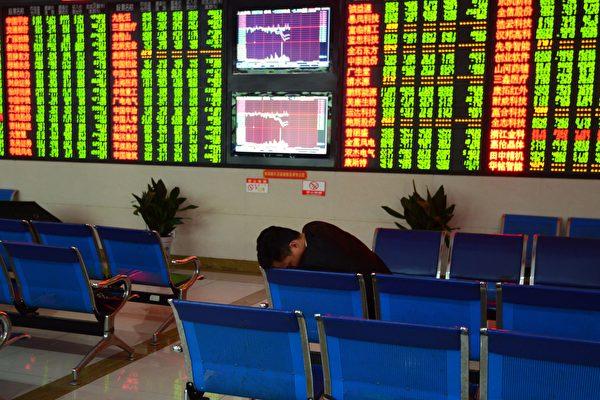 1月13日,A股三大指數下跌,近3000隻個股走弱,多隻個股閃崩跌停。圖為資料圖。(STR/AFP/Getty Images)