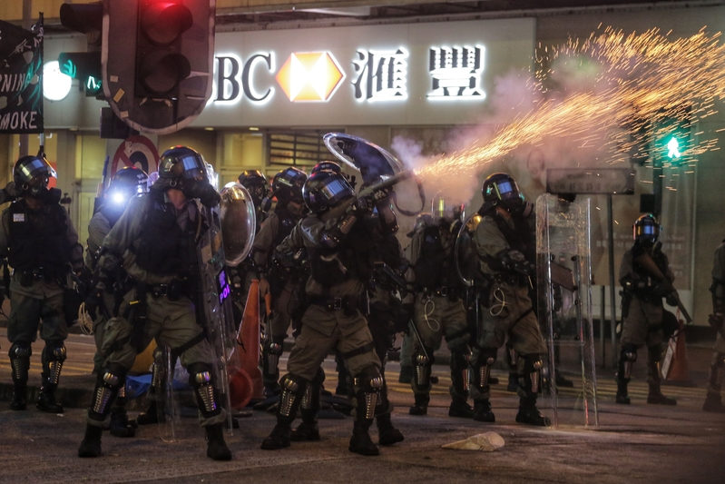 2019年8月11日,尖沙咀,警察發射催淚彈。(VIVEK PRAKASH/AFP/Getty Images)